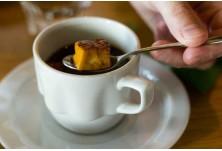Лапландско кафе (Финландия) --> В чашата първо се поставя лапландско сирене, а след това се налива кафе.
